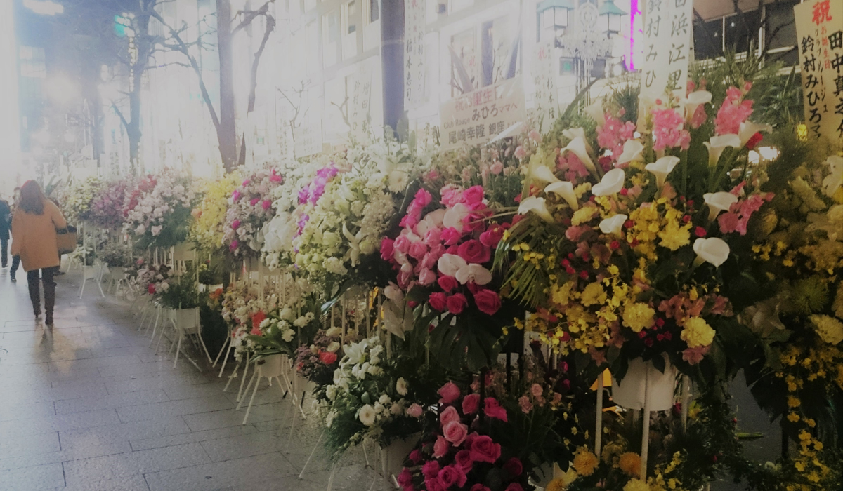 銀座の道端にお花が並ぶ光景