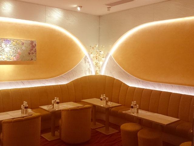 幻想的なアラビア風の色調に彩られたボックス席 | 銀座高級クラブ ノクターン