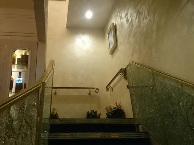 銀座の喧噪から一変し、夜想曲の奥深くへと通じるノクターンの階段 | 銀座高級クラブ ノクターン